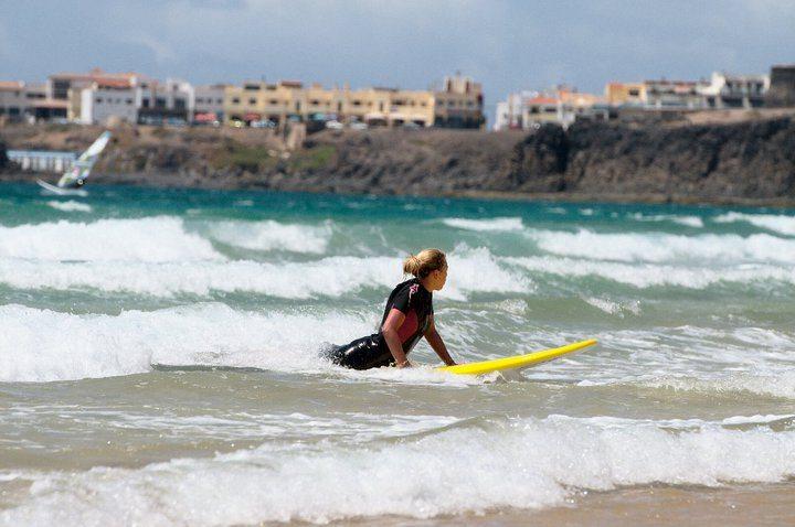 Bild vom Surfen an unserem Hausstrand in El Cotillo, Fuerteventura
