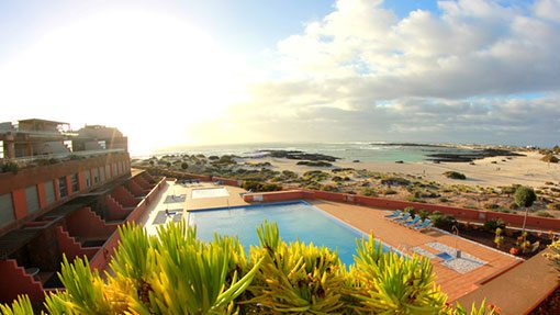 Die Aussicht der Faro Vista Apartments über die Pools aufs Meer