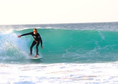 Surfer auf einem Mini-Malibu