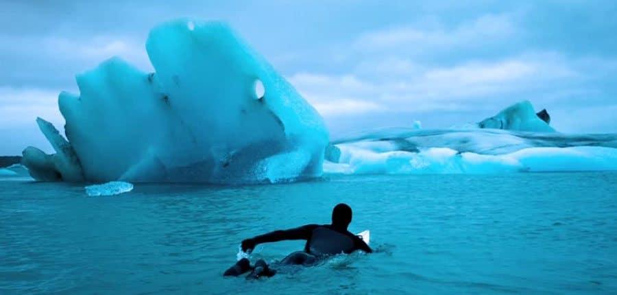 Eiskalt surfen am anderen Ende der Welt mit dem Fotografen Chris Burkard