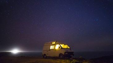 Schlaft gut in eurem Surf-Bus am Meer