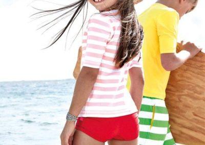 Mädchen mit Hut am Strand