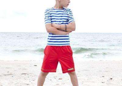 Junge steht im Sand
