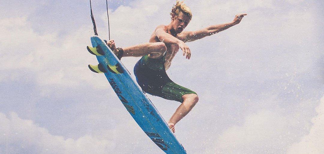 Der Profisurfer fliegt mit seinme Surfboard durch die Lüfte