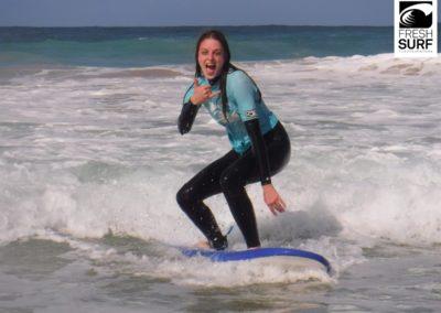 Mädchen auf Surfbrett