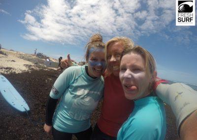 Surfcoach mit Schülerinnen