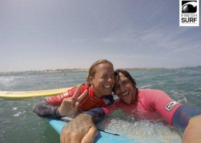 Surfschüler und Lehrer