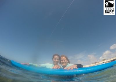 Surfschüler mit Brett