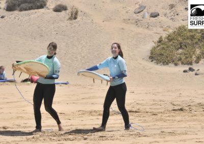 Surfschülerinnen am Strand