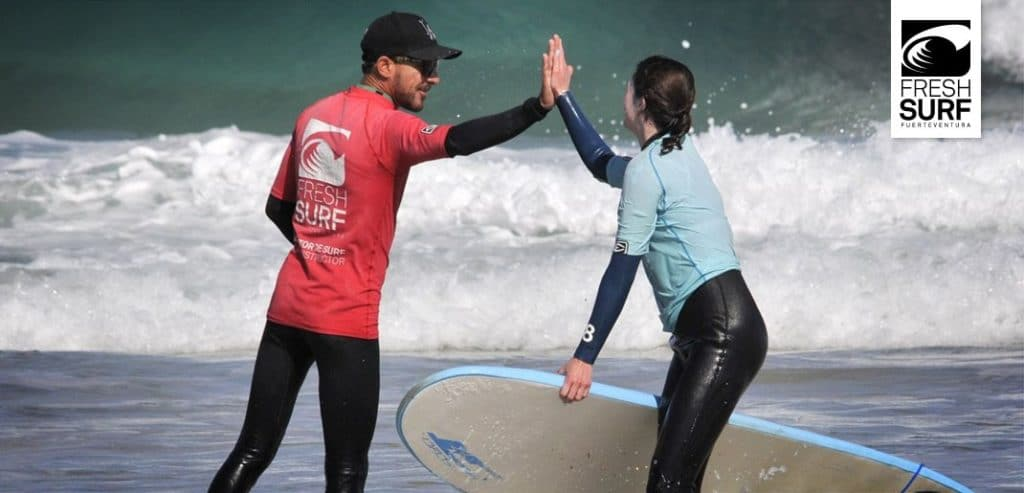 Surflehrer mit Schülerin