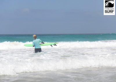 Surfschülerin im Wasser