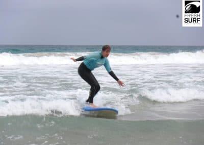 Surfschülerin im Weißwasser