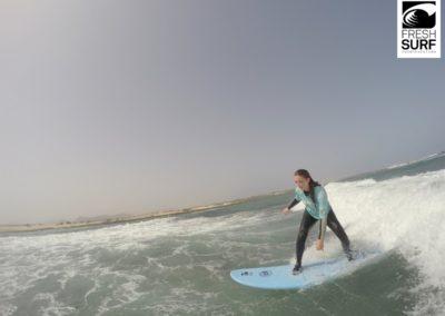 Surfschülerin am Riff