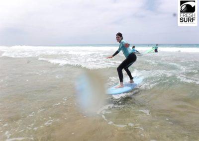 Surfschülerin auf der Welle